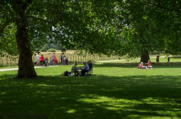 Wimpole Hall in Cambridgeshire pictures - Picnic under the trees