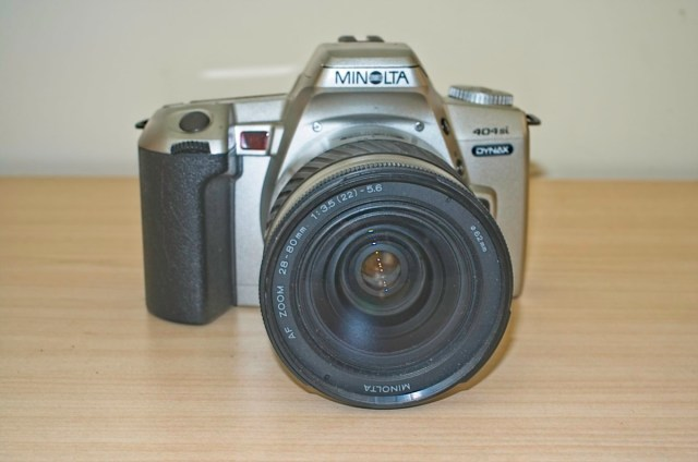 The Minolta Dynax 404 si 35mm plastic SLR Camera 8
