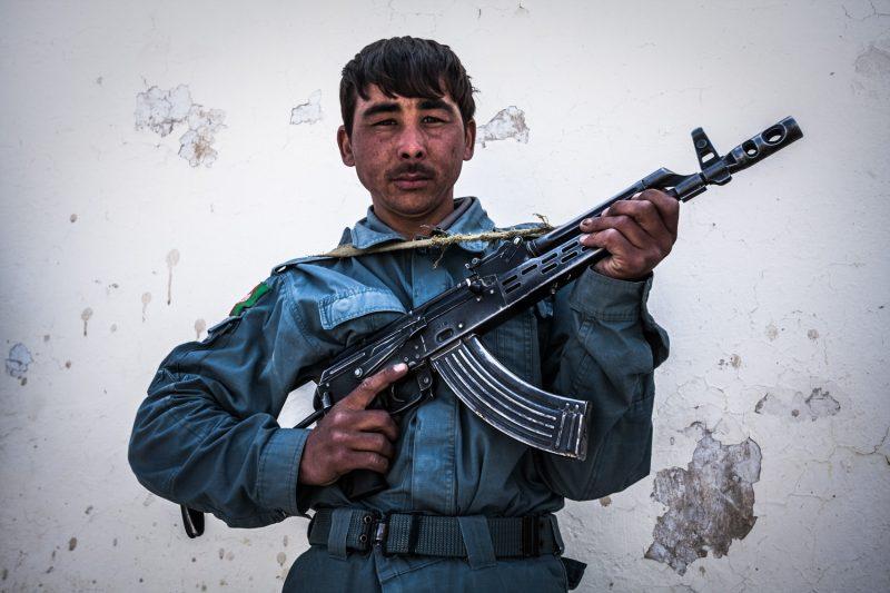 Ein afghanischer Polizist posiert mit seinem AMD-65 Sturmgewehr vor der Distriktverwaltung Panjwayi in der Provinz Kandahar.