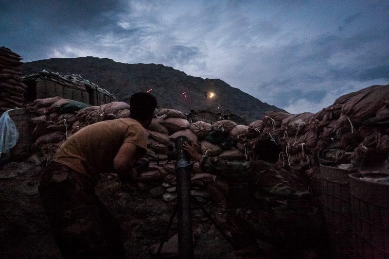 Afghanische Soldaten erwidern mit Mörsergranaten das Feuer, als ihr Außenposten in Kunar von den Taliban angegriffen wird. (c) Simon Klingert
