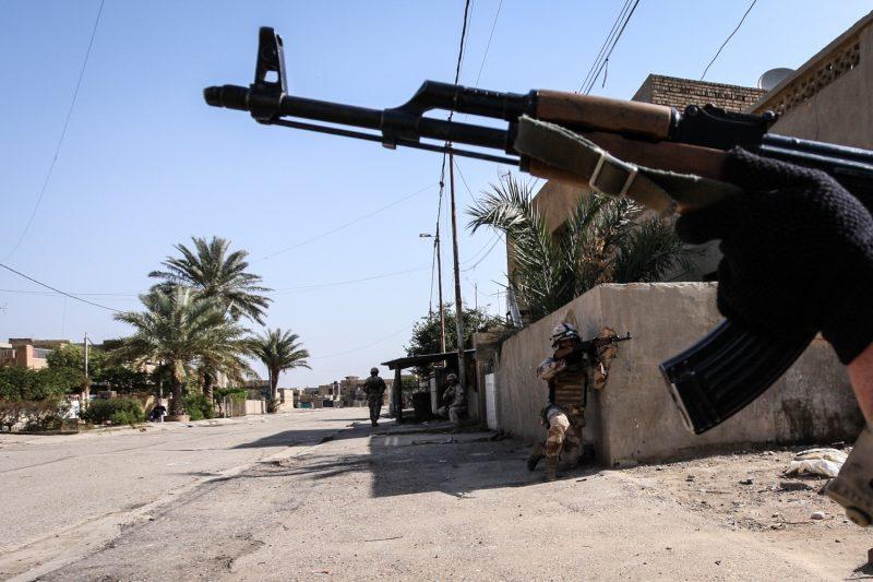 Irakische Soldaten beziehen Stellung im Süden der Hauptstadt Bagdad. (c) Simon Klingert