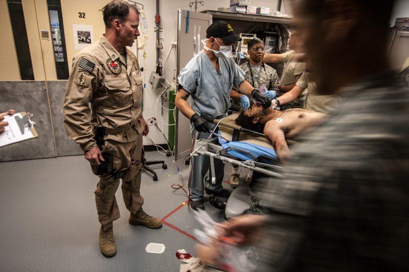 Ein US-MEDEVAC-Pilot übergibt einen schwer verwundeten afghanischen Soldaten an das Personal eines US-Lazaretts in Ost-Afghanistan. (c) Simon Klingert