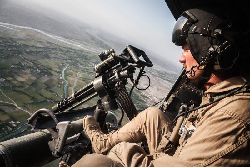 Der UH-1Y Venom Helikopter fliegt eine enge Kurve während einer Mission zur Luftunterstützung nahe Sangin in der afghanischen Provinz Helmand. (c) Simon Klingert