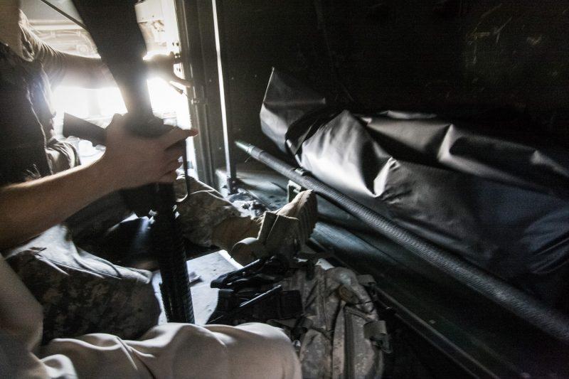 Ein gefallener afghanischer Soldat wird zum Tor der Militärbasis transportiert, wo ihn seine Kameraden empfangen. (c) Simon Klingert