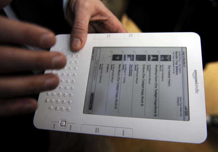 People test a Kindle 2 after a press con