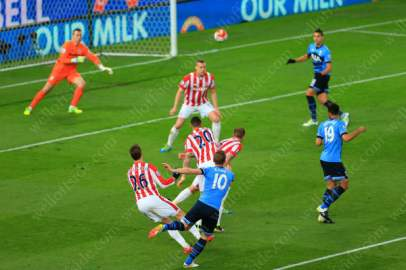 Harry Kanes curls the ball into the far corner and scores the 1st goal for Spurs