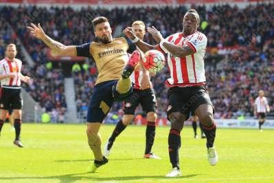 Olivier Giroud of Arsenal stretches for the ball ahead of Lamine Kone of Sunderland