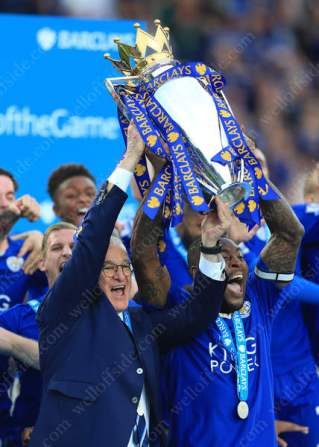 Wes Morgan of Leicester and Leicester manager Claudio Ranieri lift the Barclays Premier League trophy