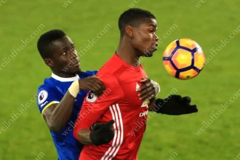 Paul Pogba of Man Utd battles with Idrissa Gueye of Everton