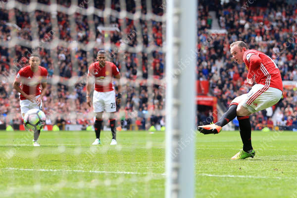 Wayne Rooney slots home a penalty to give Man Utd a 1-0 lead