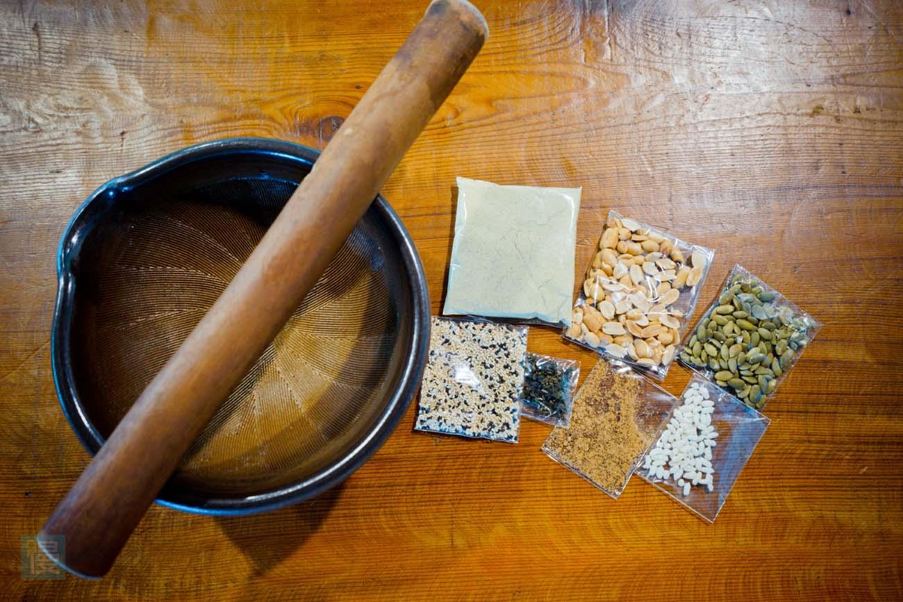 「擂茶材料包」有什麼東西吧。裡面有七種才材料,包括擂茶粉、花生、南瓜籽、炒香過的黑白芝麻、綠茶茶葉、黑糖和玄米。