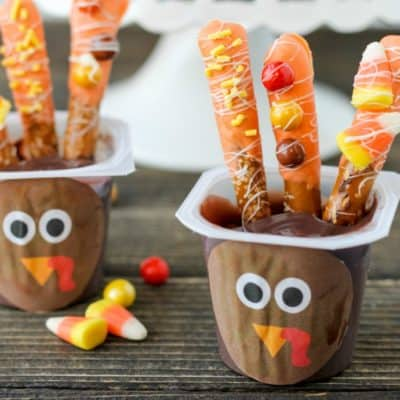 Add a touch of fun to your Thanksgiving Day table with these Turkey Pudding Cups! They are easy enough for kids to get involved in the holiday fun.