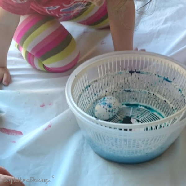 Spin Art Easter eggs - a fun project for preschoolerstoddlers