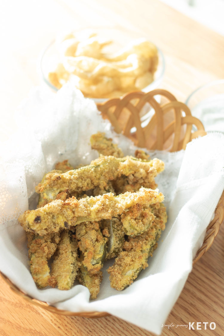 low carb fried pickle recipe made with pork rinds