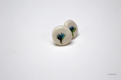 Handgemaakte oorbel uit porselein met handgeschilderde blauwe bloemen roos