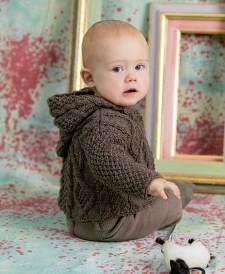 Auch für Kleinsten hat Lang Yarns süße Designs, zum Beispiel diese Babyjacke aus Yak. Die Anleitung findet ihr in Fantastische Strickideen Style Edition 02/16.