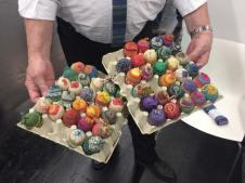 Die Sockenstickervereinigung rief dieses Jahr zum Ostereier-Stricke auf