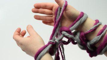 Den Faden, der jetzt unter der ersten Masche der linken Hand liegt, anziehen und wieder in die rechte Hand zwischen Zeigefinger und Daumen nehmen. Ab * in Schritt 2 für die restlichen Maschen auf der rechten Hand wiederholen, bis alle Maschen von der rechten auf die linke Hand abgestrickt worden sind.