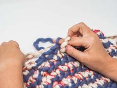 * Mit der neuen Farbe fortfahren. Rechten Daumen und Zeigefinger nur durch das hintere Maschenglied der folgenden Masche stehen.