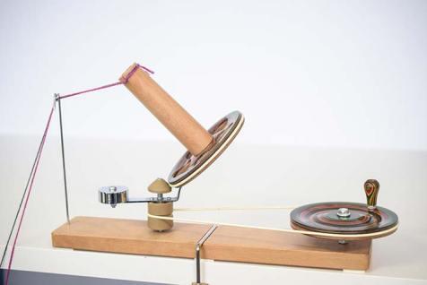 Die Schraubklemme passt auch an dicke Tischplatten.
