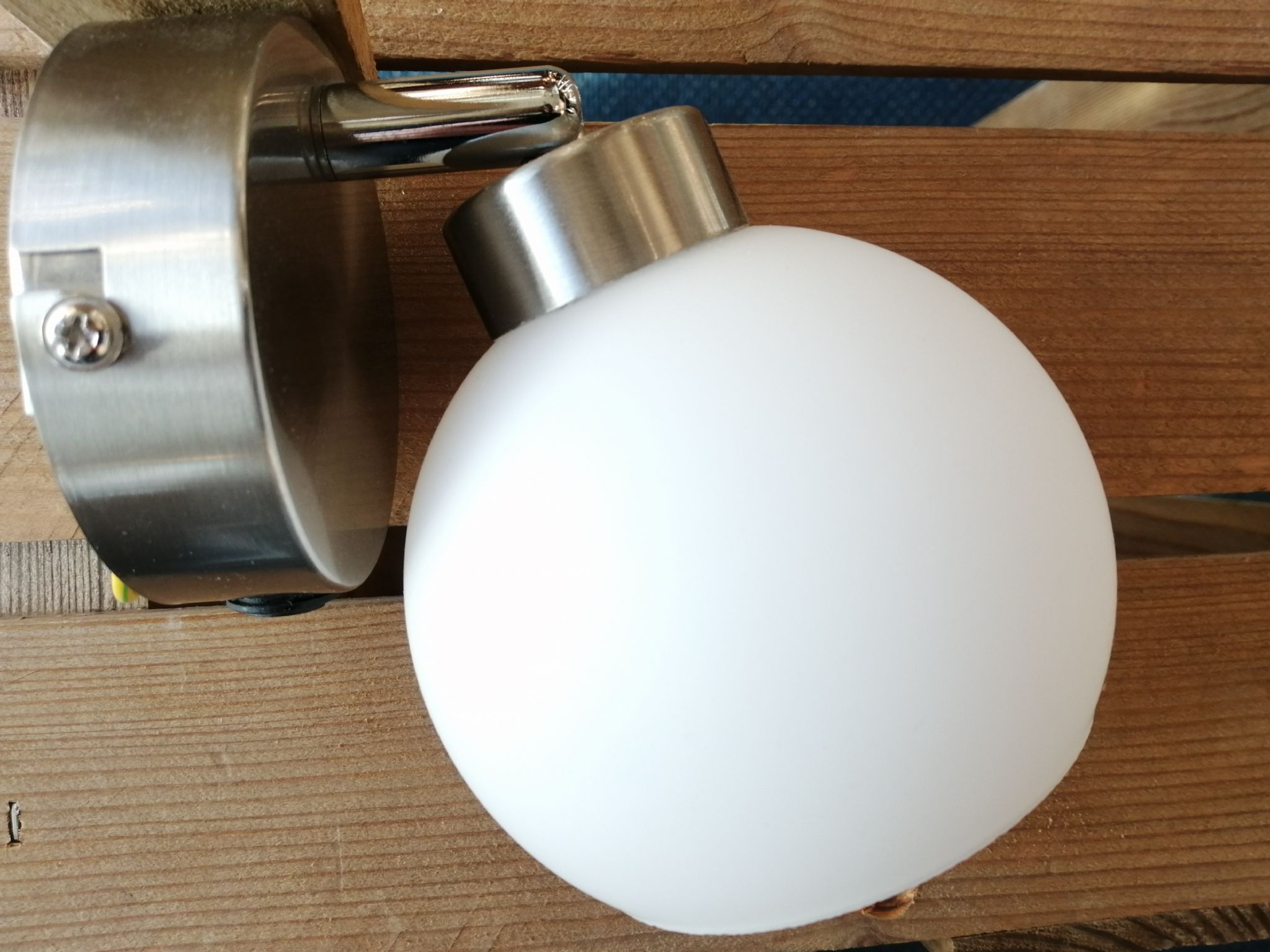 Leuchten Bilder Lotta Single Wall Light In Satin Chrome With An Opal Glass Shade - Leuchten Direkt Ex-display