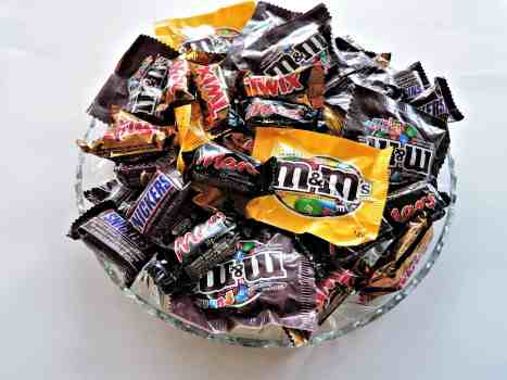 The perfect way to get rid of extra Halloween candy | Ideas for leftover Halloween candy | Operation Shoebox | STEM activities | simply-well-balanced.com #halloween2017 #halloweencandy