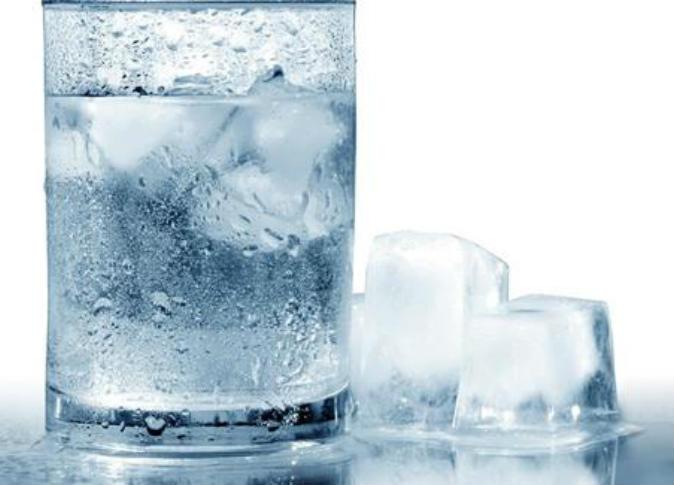 Falling Down Wallpaper سبب تشكل قطرات من الماء على سطح زجاجة مشروب بارد