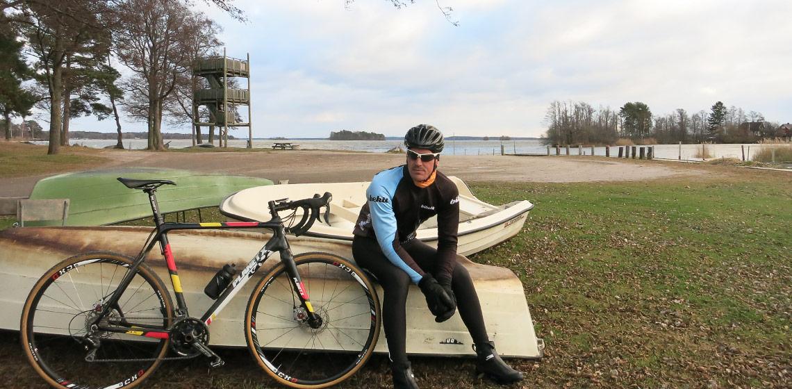Cyklist som sitter och vilar