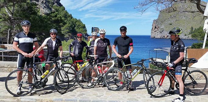 Taggade cyklister innan klättringen upp