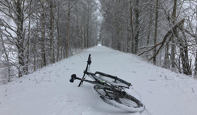 Cykel på marken i snön