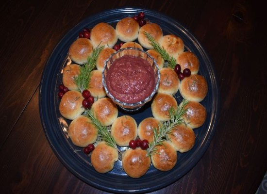 dipping sauce. Garnish with fresh cranberries and fresh rosemary. #sponsored #12DaysofChristmasIdeas #christmas #yuleball #breadwreath #harrypotterfandom #harrypotter #potterhead #hogwarts