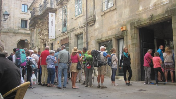 Long line of pilgrims in front of the Office de Peregrinos