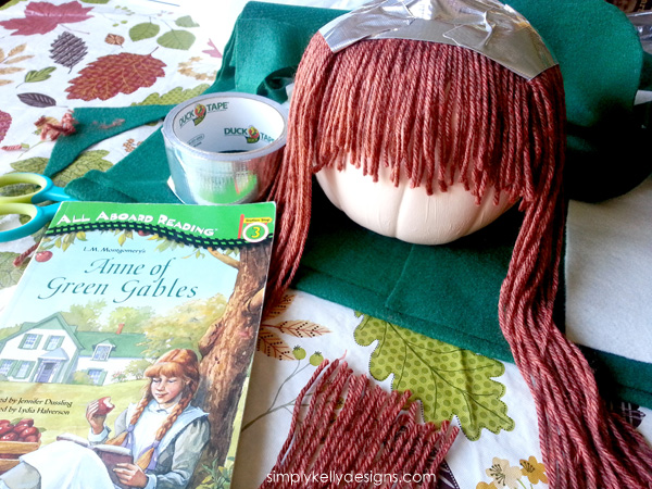 Anne of Green Gables Pumpkin | An Alternative To Pumpkin Carving by Simply Kelly Designs #AnneOfGreenGables #AnneOfAvonlea #PrinceEdwardIsland #AnneShirley #Pumpkin #PumpkinDecorating #felthat #yarnhair