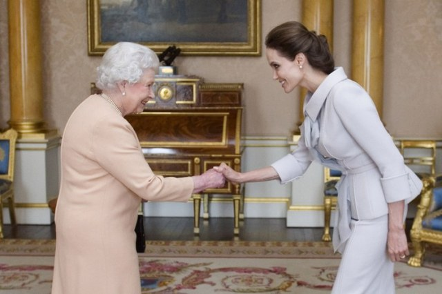 Angelina jolie with out makeup with queen elizabeth