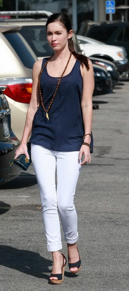 megan fox without make up in fitted jeans