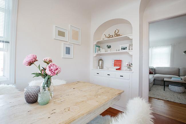 HOW TO ORGANIZE AN APARTMENT USING THE KONMARI METHOD // pretty apartment decor // minimalist style // white interiors // living room California style // kitchen nook // SimplySpaced.com