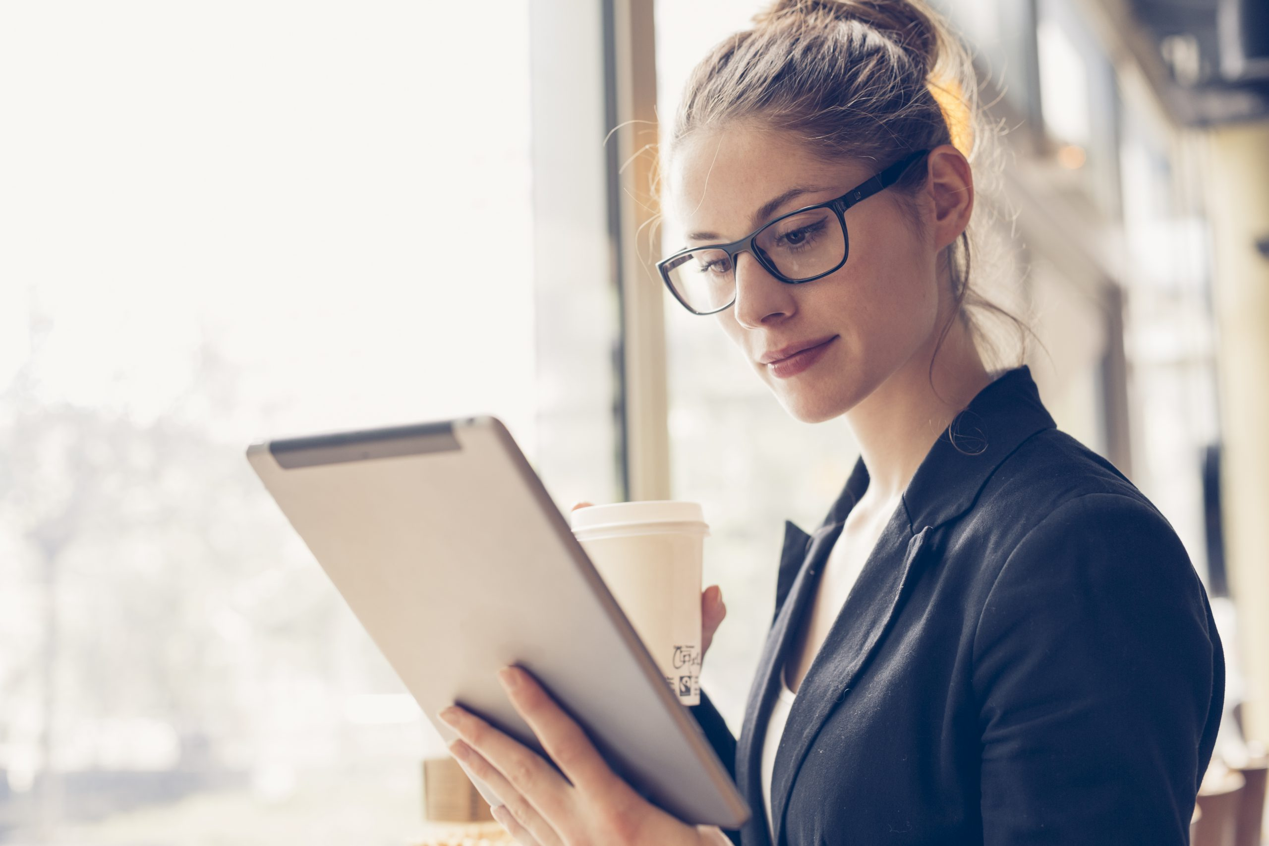 64581387_xl-business-woman-using-tablet