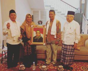 JP La Manroe (dua dari kanan) memberi hasil lukisannya ke Istri Wapres terpilih KH Ma'ruf Amin, Wury Estu Handayani, di kediaman Ma'ruf Amin.IFoto: istimewa.