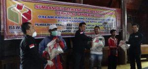Atasi Kerawanan Sosial Di Tengah Pandemik Covid-19, Bawaslu Toba Gelar Bakti Sosial Bagi 230 Abang Bentor Di Balige, pada Rabu (08/04/2020).