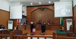 Sidang Perdana Kasus Penembakan Mahasiswa Universitas Halu Oleo, Ditembak, JPU Ungkap Kondisi Jenazah Mahasiswa Randi Di PN Jaksel. – Foto: Sidang Perdana Kasus Penembakan Pengunjukrasa Menolak Rancangan Undang-Undang Kontroversial (RUU Kontroversi) di Kota Kendari, Sulawesi Tenggara (Sultra) pada Kamis (26/09/2019) lalu, yang menyebabkan seorang mahasiswa Universitas Halu Oleo (UHO) Kendari bernama Rendi terbunuh. Sidang digelar di Pengadilan Negeri Jakarta Selatan (PN Jaksel), Kamis (06/08/2020). (Ist)