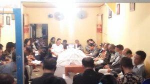 Calon Bupati Nias Barat Khenoki Waruru Melayat Ke Rumah Alm Ama Arman Hia di Sisobambowo, Kamis (15/10/2020).(Ist)
