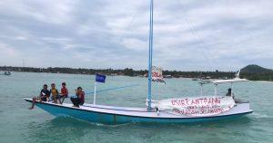Tolak Alat Tangkap Cantrang, Nelayan Masalembu Gelar Pawai Laut. - Foto: Nelayan Kecil dan Tradisional yang tergabung dalam Persatuan Nelayan Masalembu (PNM) menggelar Pawai Laut untuk menolak penggunaan alat tangkap Cantrang di Laut Jawa.(Ist)