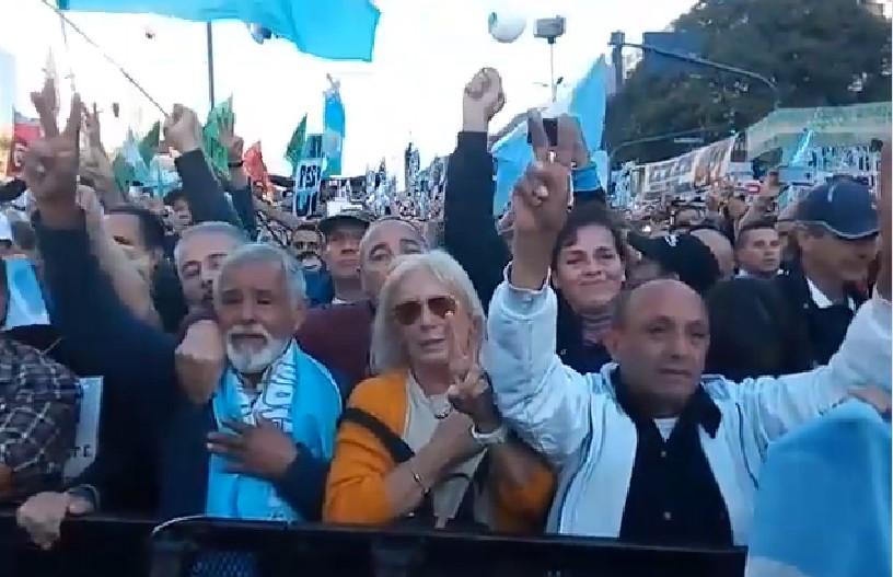 [VIDEO] EMOCIONANTE MOMENTO EN LA MANIFESTACIÓN DEL #25DeMayo