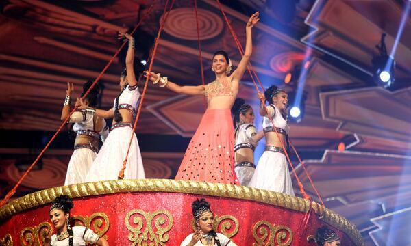 मंगलवार की रात मुंबई में हुए लाइफ़ ओके स्क्रीन अवॉर्ड्स में परफॉर्म करतीं दीपिका पादुकोणे।