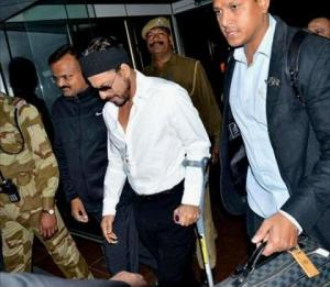 Despite-being-injured-SRK-attends-a-roya010214122633715_480x600