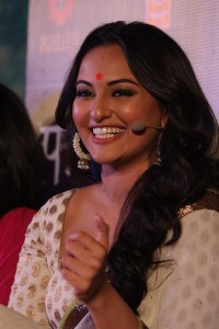rma4heb6w8neqbwn.D.0.Sonakshi-Sinha-at-film-LOOTERA-first-look-launch-at-Liberty-Cinema-in-Mumbai--6-