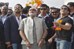 गुजरात के मुख्यमंत्री नरेंद्र मोदी के साथ सलमान ख़ान।