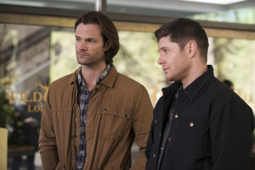 """Supernatural --""""Ladies Drink Free""""-- SN1216a_0008.jpg -- Pictured (L-R): Jared Padalecki as Sam and Jensen Ackles as Dean -- Photo: Diyah Pera/The CW -- © 2017 The CW Network, LLC. All Rights Reserved"""