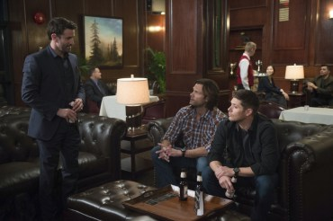 """Supernatural --""""Ladies Drink Free""""-- SN1216a_0218.jpg -- Pictured (L-R): Adam Fergus as Mick Davies, Jared Padalecki as Sam and Jensen Ackles as Dean -- Photo: Diyah Pera/The CW -- © 2017 The CW Network, LLC. All Rights Reserved"""