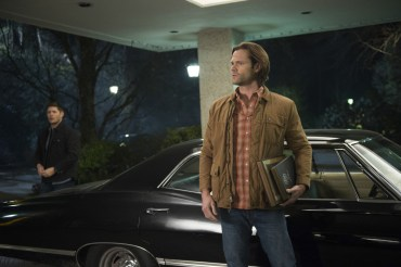 """Supernatural --""""Ladies Drink Free""""-- SN1216a_0365.jpg -- Pictured (L-R): Jensen Ackles as Dean and Jared Padalecki as Sam -- Photo: Diyah Pera/The CW -- © 2017 The CW Network, LLC. All Rights Reserved"""